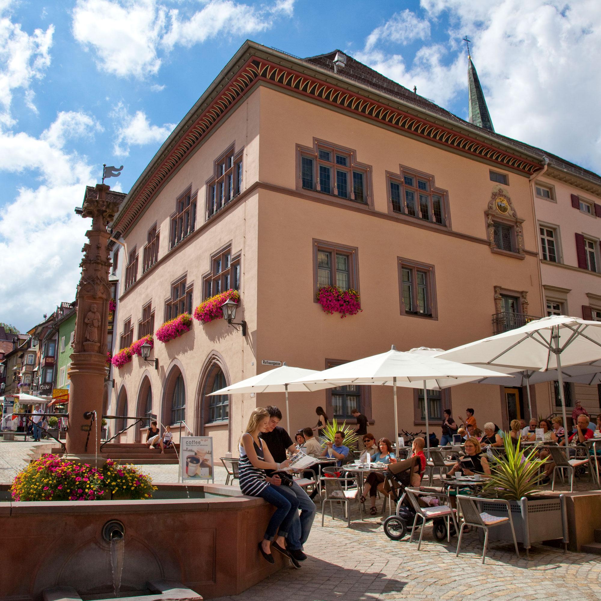 Das Alte Rathaus und der Apostelbrunnen in der Fußgängerzone